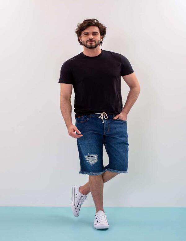 BERMUDA JEANS ESCURA MASCULINA COM A BARRA DESFIADA. - Jeans